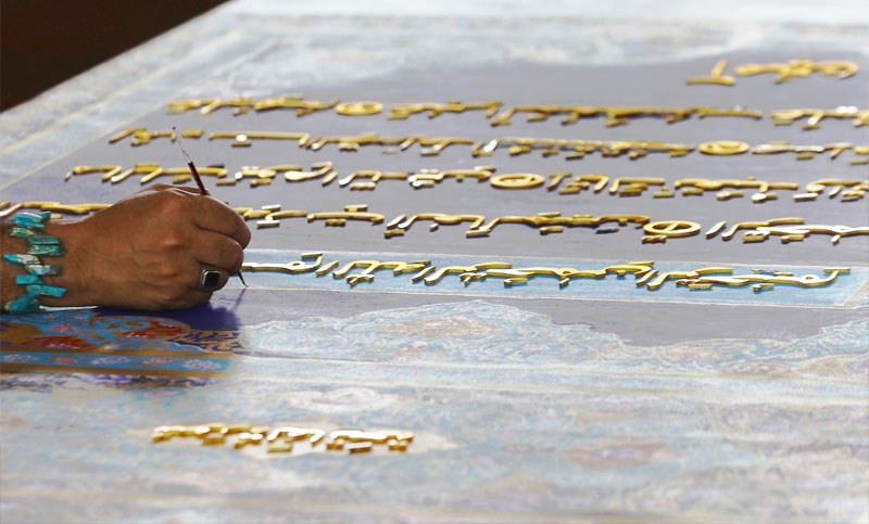 শত কেজি স্বর্ণ দিয়ে সর্ববৃহৎ কোরআনের কপি তৈরি করছেন শিল্পীরা